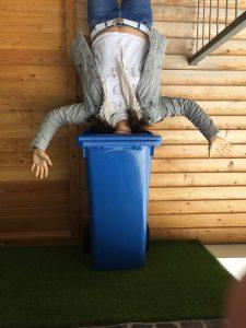 Haus über Kopf - Mülltonne